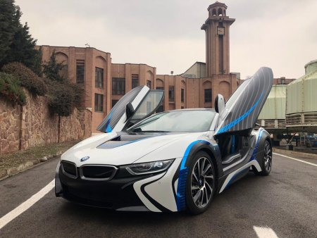 sobati BMW i8